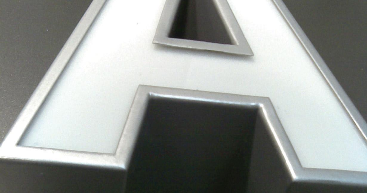 letra-corporea-rotulo-aluminio-iluminado-pestaña